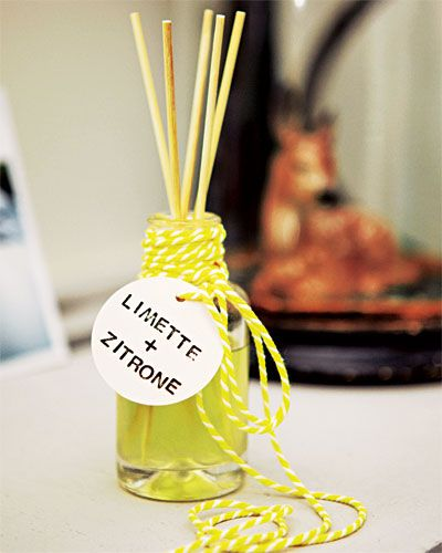 Zitrus-Raumduft    Das brauchen Sie: Zitronenöl, Limettenöl, Rosenwasser (jeweils im Drogeriemarkt erhältlich); 97%iger Alkohol, Glycerin (beides aus der Apotheke); Spieße aus Bambus (Asiashop); In eine Mischung aus 60 ml Alkohol und 4 ml Glycerin jeweils 50 Tröpchen Zitronen- und Limettenöl sowie 100 Tröpfchen Rosenwasser hineinträufeln. Über die Bambusspieße, die in der offenen Flasche stecken, entfaltet sich der Duft im Raum.