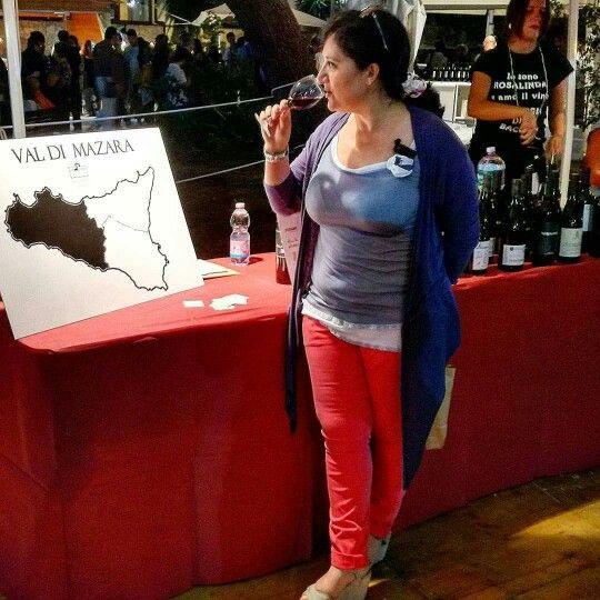 """💯 #Enoetna emozioni di #gusto """"di #vino"""" fra le imponenti proposte di etichette ben scelte, ben scelti i #vini de #lavaligiadibacco. 🍷 Non tradisco il #Nerellomascalese, bensì degusto e imparo #sapori tradizioni e storie di #cantine #uve e produttori #Etna e non solo, curiosare, scoprire per imparare. Saluti 😉 Adele   +393490646962 info e collaboration www.albaretna.com  #sicilia #sicily  #thatswhysicily #wine #exhibit #santavenerina #winetasting #grapes #winery"""