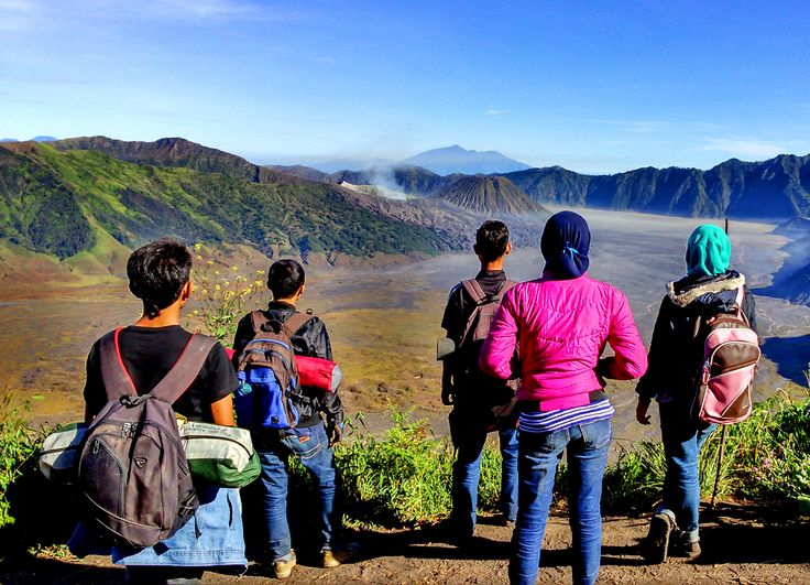 pendakian sangat sempurna bila bersama sahabat tercinta. menatap gunung bromo dari puncak B29 Lumajang Jawa Timur Indonesia