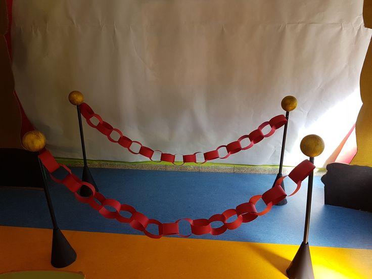 """Cartulinas, tijeras, pegamento y unas pequeñas indicaciones y aquí tenéis unas resistentes cadenetas, que adornarán """"el paseo de las estrel..."""