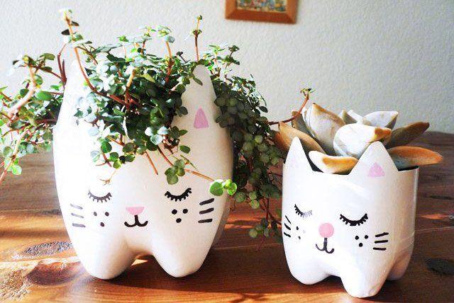 Saknar du en katt i ditt fönster? Gör en av en plastflaska och lite färg!