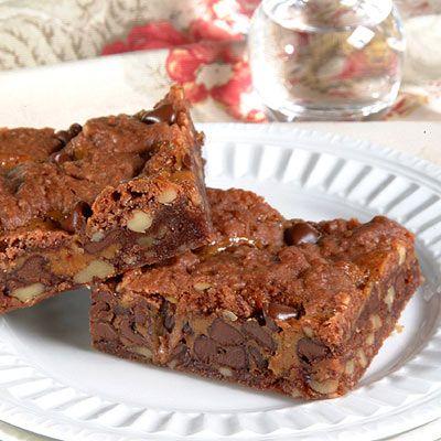 La mezcla para pastel de chocolate, la leche evaporada y los caramelos hacen de estos los brownies m...
