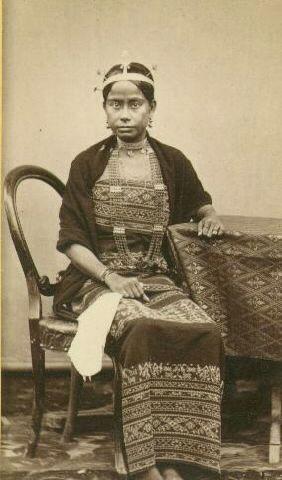 Sawunese Royal Family photos from ca.1880. Beni Ae (Quuen) is also address as Muri Beni (Her Majesty/Ladyship)