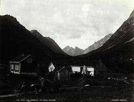 FAKf-100244.160259 «Udsigt mod Romedalen fra Kolaas». (JSR-Kode: A8-A-Natur) Tun, bygningar, landskap, fjell, Ørsta, Romedalen | 1880 - 1900