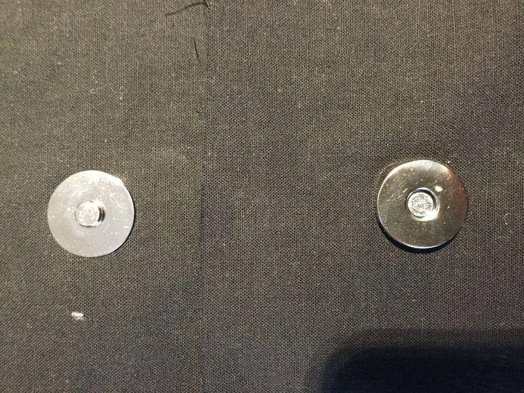 On m'a demandé comment se posait le bouton magnétique que j'avais posé sur le sac par ici. Je m'exécute donc !! Un fermoir magnétique se compose de 4 parties : de gauche à droite : la partie femelle, la partie mâle et 2 pastilles A l'endroit où doit être...