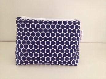 Wat heb je nodig:   - rits iets groter dan de bovenkant van je patroon (voor dit patroon gebruikte ik een rits van 22 cm)   - 2 reepjes st...