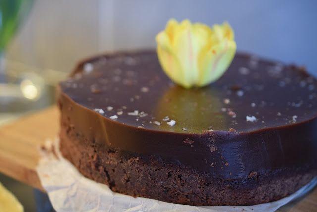 Håll i er, på riktigt! För en dryg vecka sedan var vi på ett underbart trevligt 75-årskalas på min sambos släktsida, där det serverades en chokladtårta med kolatäcke som såg himmelsk ut (tyvärr med…