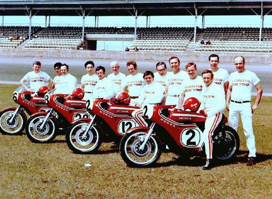 Honda-equipe-Daytona-1970-course-des-200-Miles-moto-CB-750-Honda-Racing-type-moteur-quatre-cylindre-quatre-temps-refroidissement-a-air-frein-avent-double-disque-quatre-carburateurs-Daytona-Floride-