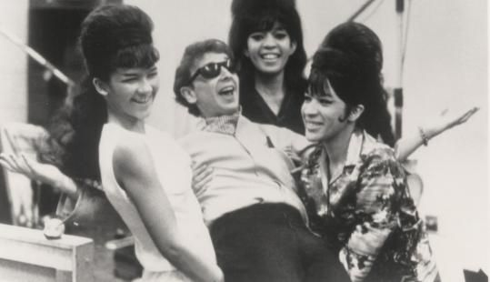 """Phil Spector avec les Ronettes, il produit leur chanson """" Be My Baby """" en 1963"""