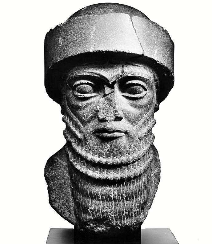 Cabeza soberano identificado como Hammurabi (Granito negro, siglo XVIII a.C. París, M.Louvre). El rey porta el gorro de lana de estilo sumerio. Su pelo asoma bajo el gorro en suaves ondas divididas por una raya central, como las imágenes de diosa del vaso manante. Las cejas se realizan con un dibujo de rayas cruzadas, muy diferente al dibujo tradicional usado en forma de espina de pez. Los ojos son una novedad tb, sus pestañas se representan con detalle variando su groso para mayor natural.