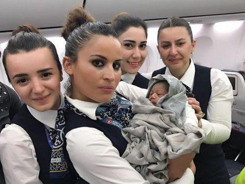 Μωρά «στον αέρα»: Τα βρέφη που γεννιούνται πρόωρα σε πτήσεις δεν «επιβραβεύονται» πάντα το ίδιο