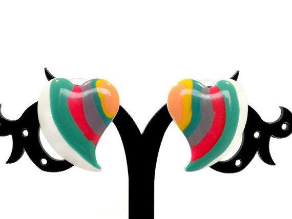 Dit is een paar kleurrijke vintage hart oorbellen met lagen van kleurrijk emaille metaal.  Maten: 1 inch lang x.75 inch breed.  Voorwaarde: Goed! Er is enig verlies van glazuur. Er zijn een paar kleine chips op de randen van de oorbellen en een gebied rond een van de berichten.  Hier is een grote verscheidenheid aan oorbellen: https://www.etsy.com/shop/BunnyFindsVintage?ref=hdr_shop_menu&section_id=15166327  Vergeet niet voor een bezoek aan mijn winkel homepa...