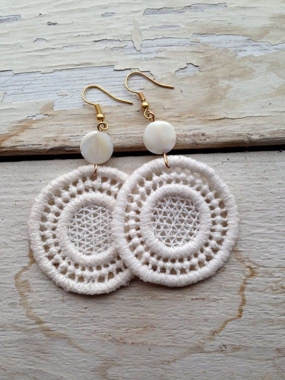 Orecchini pendenti in crochet di cotone naturale e di GeLabDesign