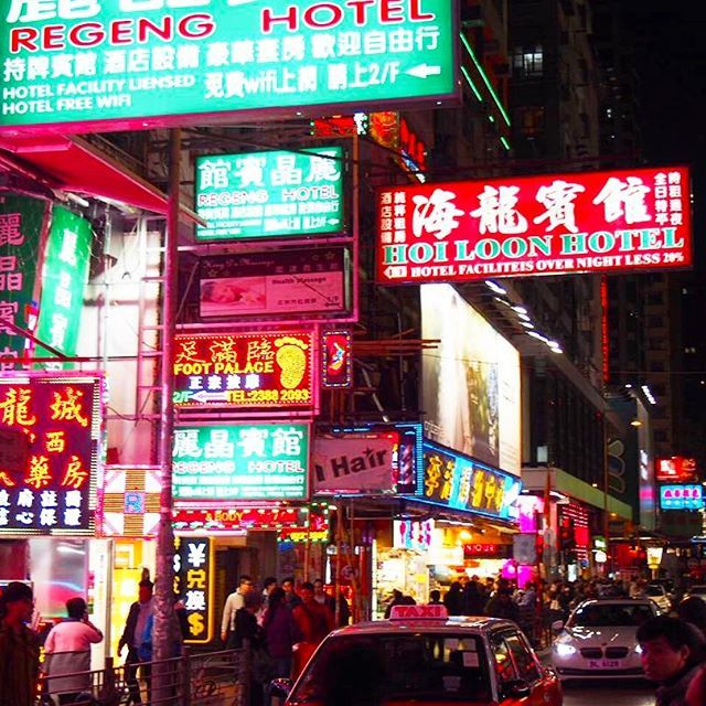 Instagram【aya_angelish】さんの写真をピンしています。 《. #女人街 をぶらぶら。 価格交渉をしてお安くiPhoneケースをGet💛📱 . 東南アジアのように「お姉さん、安いよー!」みたいな声をかけてくるお店はほとんどなくて、気楽( ˘ω˘ ) . 横長の看板とネオンが、香港っぽいよね🇭🇰✨ . #香港 #香港迷 #香港旅行 #香港女子旅 #夜景 #ネオン  #繁華街 #ネイザンロード #100万ドルの夜景  #旅MUSE #タビジョ #LW2月の旅 #マイトリ  #旅好き女子 #女子旅 #旅好きOL #カメラ部  #カメラ女子 #写真好きな人と繋がりたい #ファインダー越しの私の世界 #olympuspen #travel #travelingram #travelwriter #nightview #hongkong》