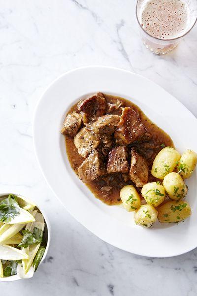 Varkensstoofvlees met oude geuze, gesmolten aardappel en witloofsalade