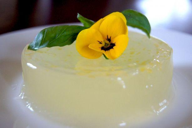 Deze vegan citroen pudding zonder zuivel en geraffineerde suikers is een heerlijk dessert op een zwoele zomeravond. Het citroensap en citroenschil geeft de pudding een frisse smaak, met een zoetje van de agavesiroop. Omdat er ook geen zuivel aan toe is gevoegd blijft de pudding licht en valt hij totaal niet zwaar op de maag. Garneer de citroen pudding met een vers takje munt.Het is echt een ontzettend simpel toetje om te maken, dus probeer het vooral eens. Geniet van de citroen pudding!