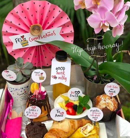 desayuno sorpresa para mamá Breakfast Basket, Dinner Box, Girl Gift Baskets, Unisex Baby Shower, Birthday Breakfast, Diy Gift Box, Birthday Box, Unique Birthday Gifts, Diy Presents