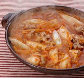 豚バラ薄切り肉 200g 「冷え知らず」さんの生姜入りキムチ 1パック(200g) 長ねぎ 1本 しめじ 1/2パック とうふ 1丁 ごま油 適量 水 600cc がらスープの素 大さじ1 みそ 大さじ1