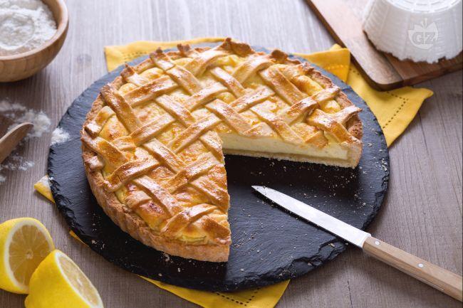 La torta di ricotta al limone è un dolce morbido, ideale per merenda: una base di frolla alla ricotta, ripiena di crema alla ricotta e limone.