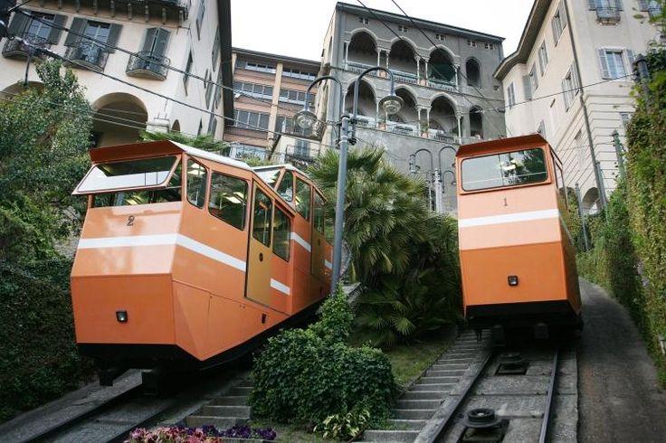 Bergamo. Η πρώτη μου επίσκεψη στην Ιταλία θαρρείς κι ήταν παραγγελία για μένα: κάστρα, λιθόστρωτα δρομάκια, ομίχλη, ψιλόβροχο, ρομαντισμός και τέλειο φαγητό! Φύγαμε από μια ζεστή κι ηλιόλουστη Αθήνα, το τυπικό για αρχές με μέσα Οκτώβρη, και προσγειωθήκαμε σε ένα εντελώς φθινοπωρινό και δροσερό Μπέργκαμο, συνηθισμένο καιρό για βόρεια Ιταλία όπως έμαθα. Αλλά δεν πτοήθηκα…