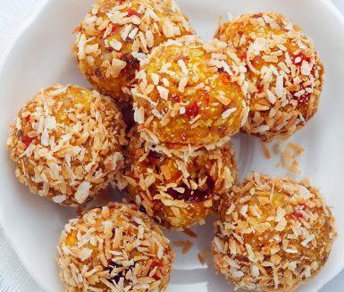 Dadlar och mandlar mixas till saftiga morotsbollar och man vill smaka redan när doften av kardemumma och citron sprider sig i köket. Morotsbollarna är perfekta som mellanmål när barnen kommer hem från skolan, eller när du vill ha något gott efter middagen.