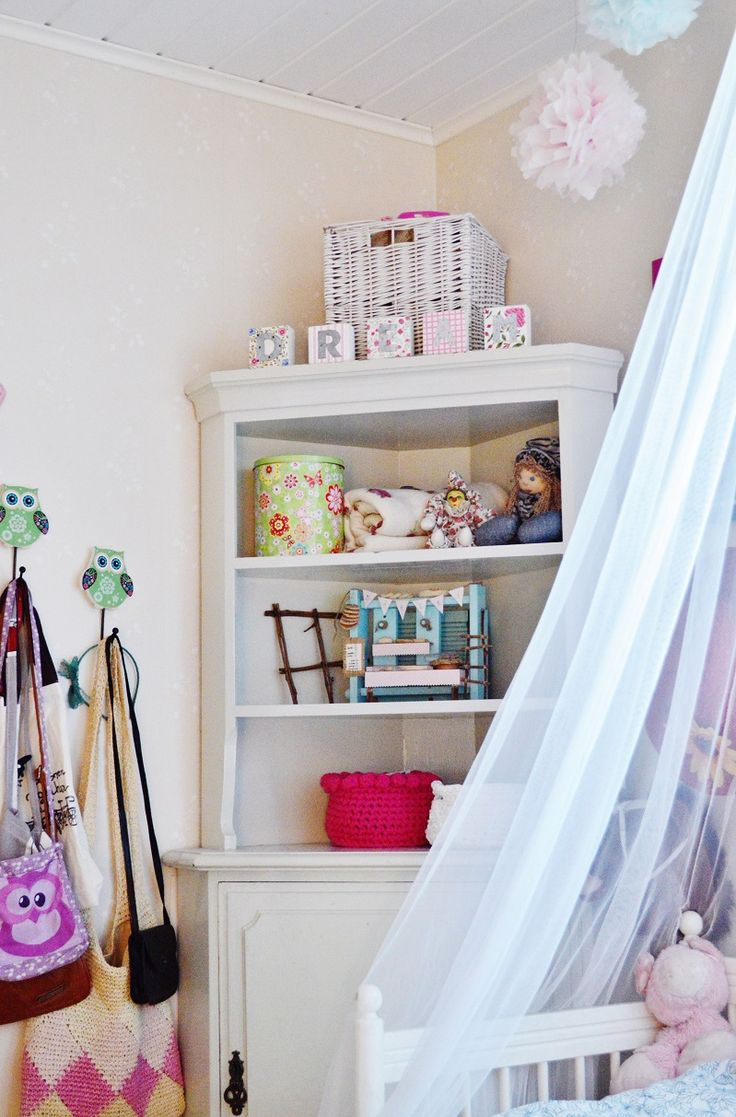 Kids room. Ideas for girls rooms. Pretty pink and DIY. A princess bed and silk paper pom poms.