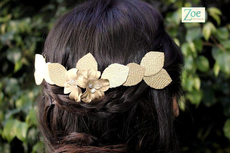 Tocado de novia dorado con hojas, flores, cristales y perlitas. Zoe Novias. #dorado #hair #headpiece #bridal