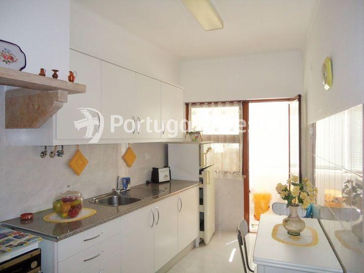 Vende-se apartamento T2 em Almada Velha, boa localização, estimado (cozinha com marquise)