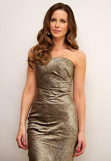 Kate Beckinsales platinfarbene Bustierkleid ist für eine Pressekonferenz fast zu schade.