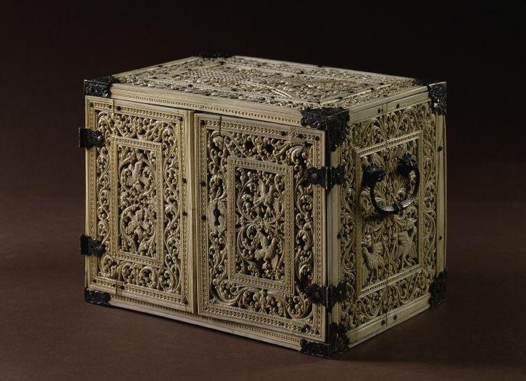 426 best medieval caskets images on pinterest casket for Asiatische sofas