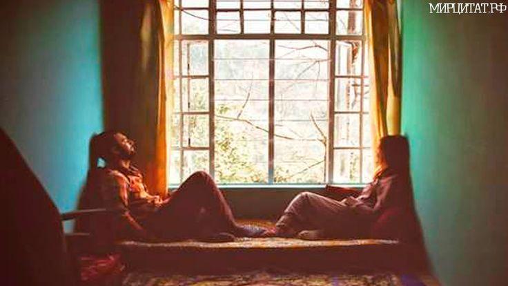 Смотрели двое — два в одном, Один подумал — «всё чужое», Другой ответил — «здесь мой дом». Один сказал — «листва увянет». Другой с улыбкой — «жизнь в дожде». Один себя безбожно ранит, Другой смеётся сей вражде. Так, уживаясь, год за годом, В окно смотрели два в одном. Один из прошлого был родом, Другой — рождённый детским сном»