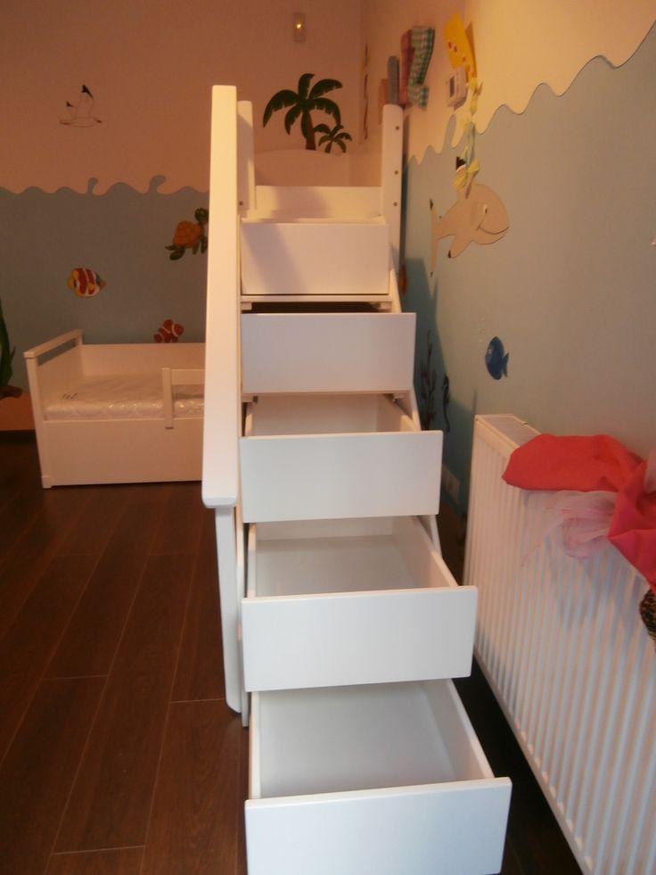 """Ágymester """"Vitéz"""" ágy, emeleti játszóhellyel és tárolófiókos lépcsővel."""