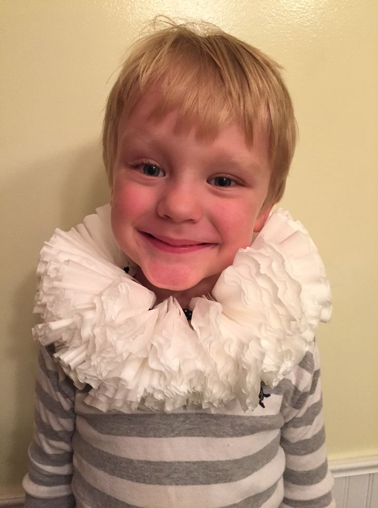 Set the stage for some imaginative play with this DIY Elizabethan collar, just like Shakespeare used to sport.
