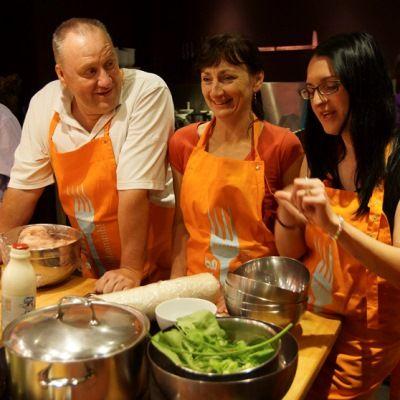 Týmové vaření je v současnosti velmi oblíbená teambuildingová aktivita vhodná k prohloubení týmové spolupráce. Incentivní zájezd do Bruselu od OMT travel.