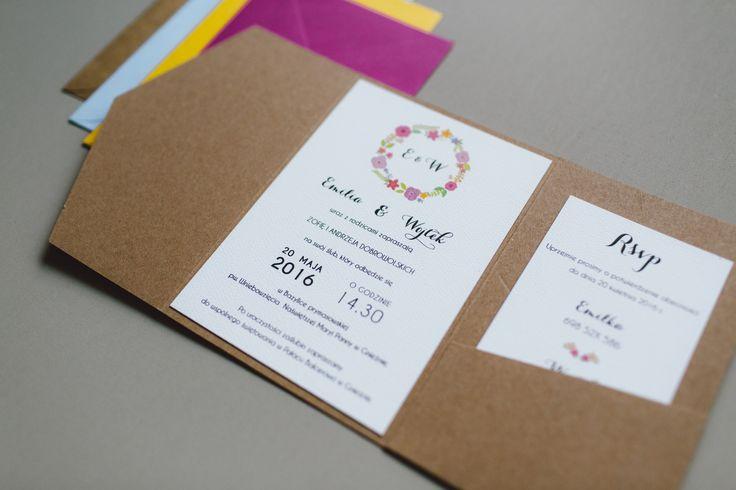 Zaproszenie w formie jednostronicowej kartki umieszczonej w folderze z brązowego papieru ekologicznego. Karta zaproszenia i RSVP wykonana z wysokiej jakości papieru ozdobnego z delikatną strukturą....