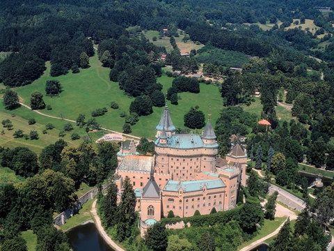 Słowacja - Zamek w Bojnicach. Odbywa się w nim Międzynarodowy Festiwal Duchów i Straszydeł. W tym okresie zamek bojnicki staje się miejscem spotkań straszydeł, czarownic i wampirów z całego świata.