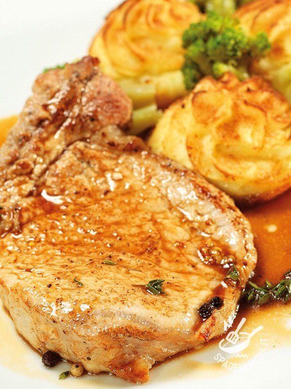 Le Lombatine di maiale con cognac e pepe sono una pietanza di carne davvero gustosa, che soddisfa il palato di tutti, anche dei gourmand.