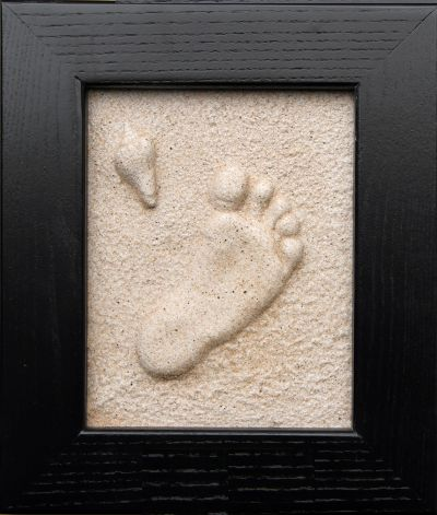 Prints in the sand! Make a beautiful lasting impression of your little ones hand or foot print, your pet's paw or include the whole family! Love this idea!