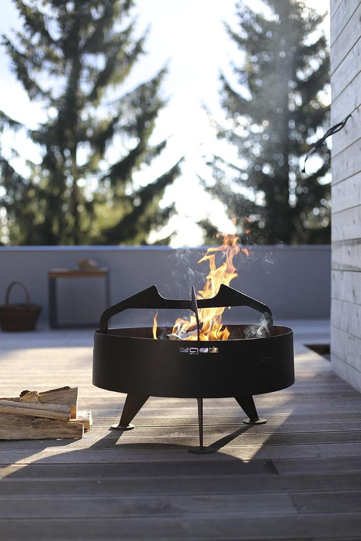 egoé outdoor furniture | BACK TO FIRE grill. The fireplaces and grills are made out of steel with a fire-resistant colour finish. The legs of the grills as well as the shelves and the stacking area are made out of tropical wood or locust wood and the grid of the grill is made out of stainless steel. Design: Jiří Pelcl´s Atelier