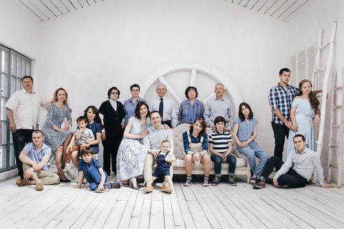 Большая счастливая семья | Позы на семейном портрете ...