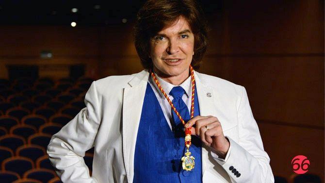 Guapo! Orgulloso con su merecida medalla, eres el Grande Camilo Sesto!