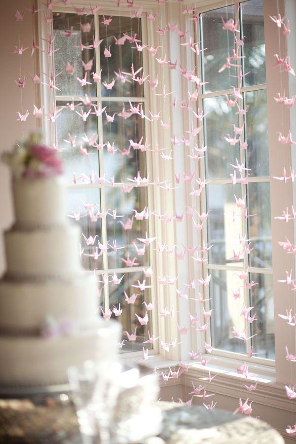 Cortina de Origami na decoração do buffet - tsurus| Casando Sem Grana