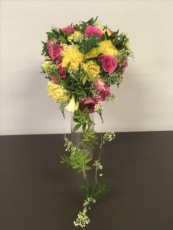 Dråpebukett med sterke farger med Roser, Nellik, Brudeslør, Pistasj og Fresia