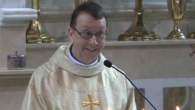 Zingende priester blaast bruidspaar omver met zijn versie van 'Hallelujah'