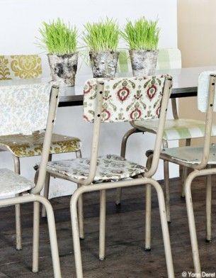 Des chaises d'écoles tapissées de chutes de papier peint pour un relooking esprit vintage !