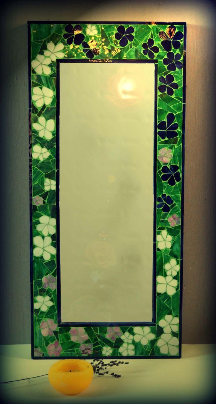 Эксклюзивное настенное зеркало ручной работы.Рамка в мозаичном обрамлении изготовлена с американского витражного стекла.С обратной стороны имеется крепление.