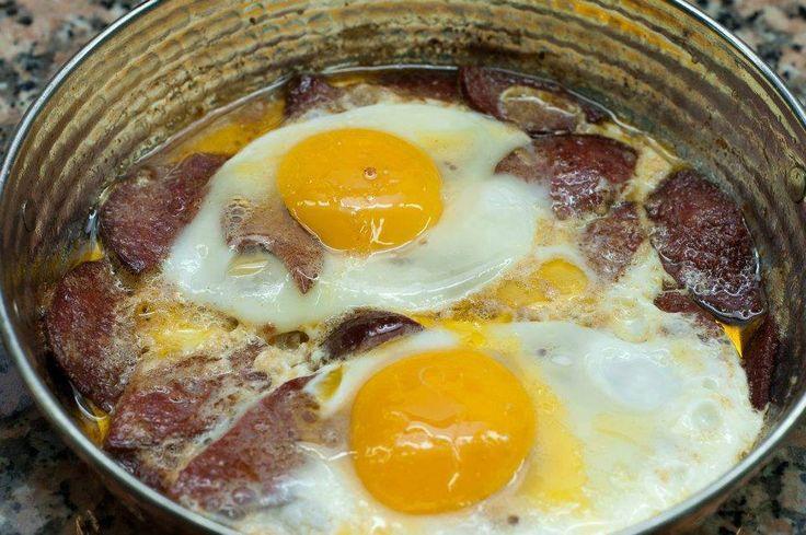 Λουκάνικα με αυγά !