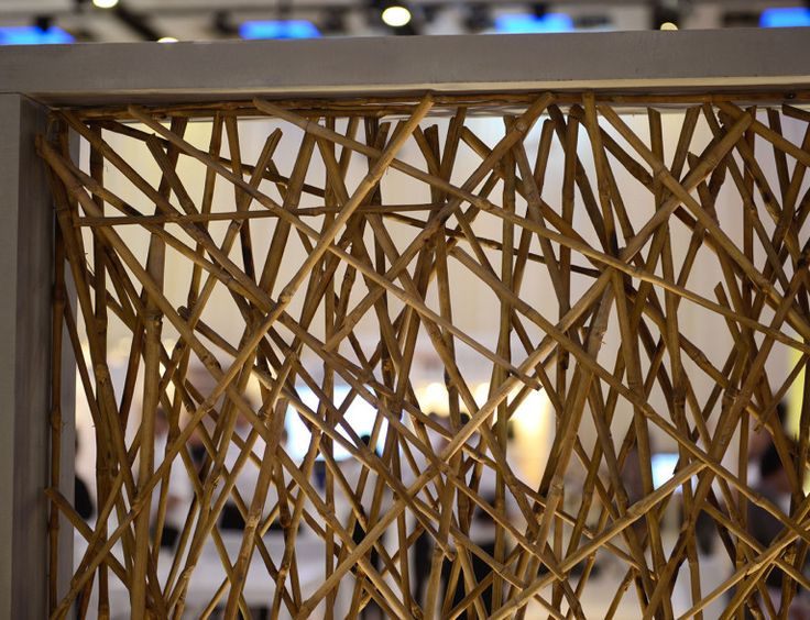 De verlichtingsarmatuur is ontworpen in combinatie met beton en hout