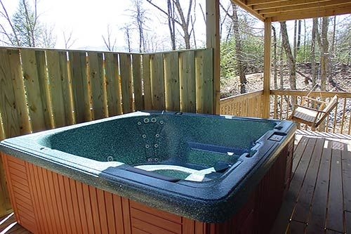 A wolf 39 s den in gatlinburg tennessee hot tub and swing for Cabin in gatlinburg with hot tub