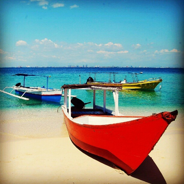 Boats on Samalona beach. Samalona Island - South Sulawesi, Indonesia